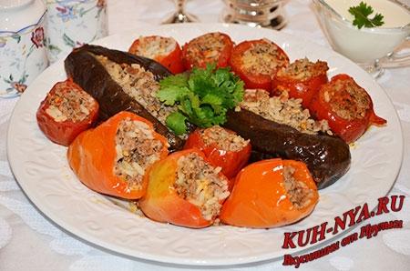 Помидор долмасы (долма из помидоров), бибяр долмасы (долма из перца), бадымджан долмасы (долма из баклажанов) или просто фаршированные помидоры, болгарский перец и баклажаны.