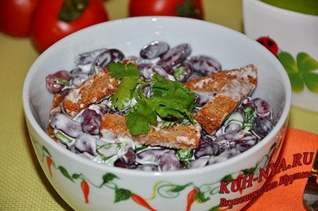 Салат «Три корочки», с красной фасолью и ржаными сухариками