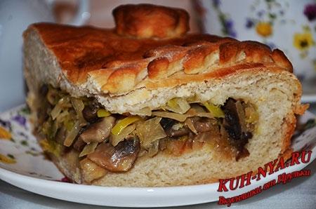 Дрожжевой постный пирог из капусты, грибов и лука-порея