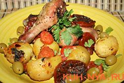 Жареный цыпленок с картофелем и помидорами