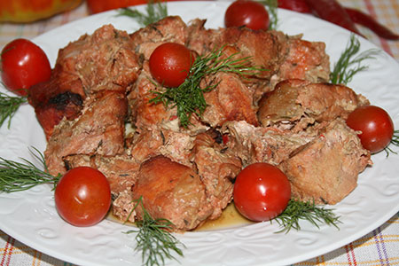 Свинина, маринованная в томатном соусе, запеченная в духовке